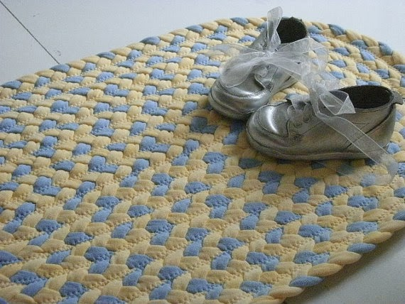 детские пинетки на коврике