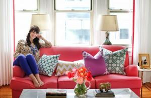 Девушка на диване с подушками