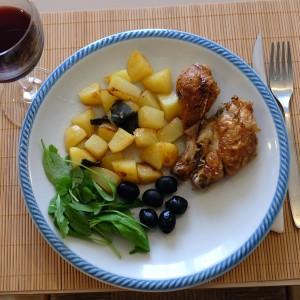 картошка с курочкой, маслинами и листьями рукколы