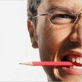 карандаш, зажатый в зубах