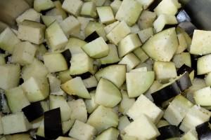 кубики баклажан пересыпанные крупной солью