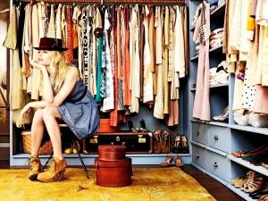 девушка и одежда в шкафу