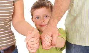 Ребенок держит за руки родителей