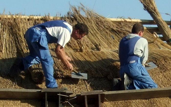 работы по укладке соломенной крыши