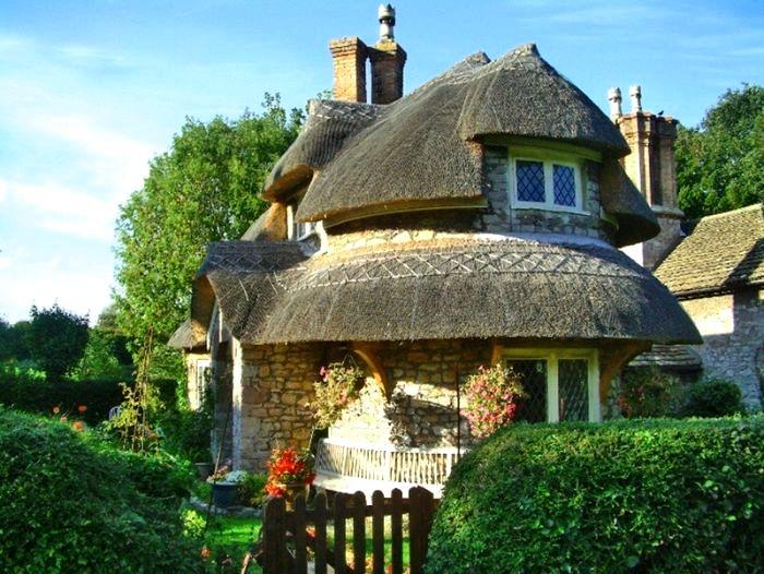 круглый двухэтажный домик с соломенной крышей
