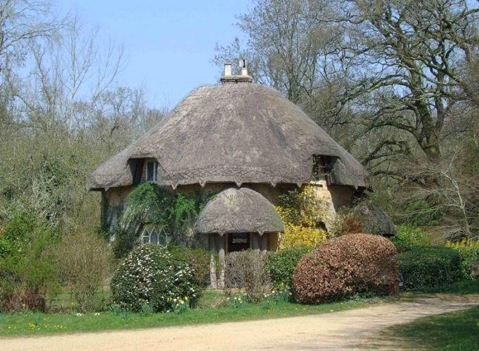 круглый домик с соломенной крышей
