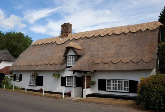 красивый белый дом с соломенной крышей