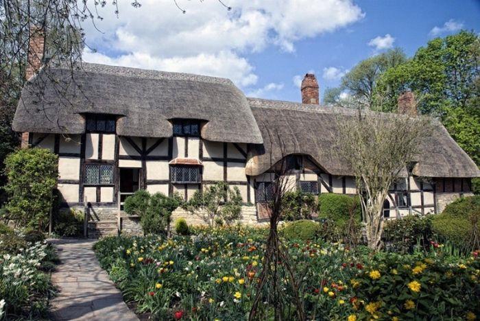 дом и цветник в английской деревне