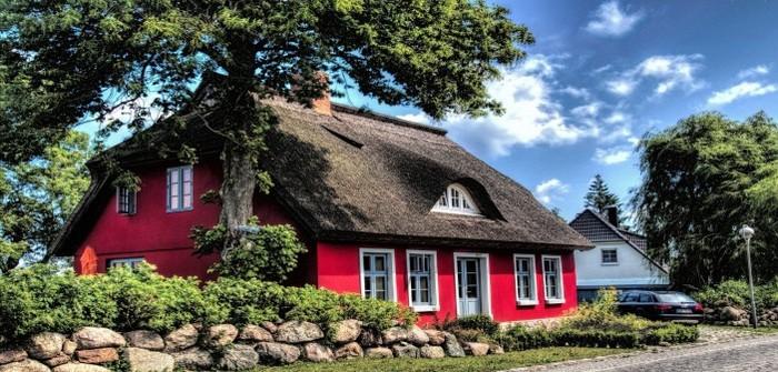 Дом с красными стенами и соломенной крышей