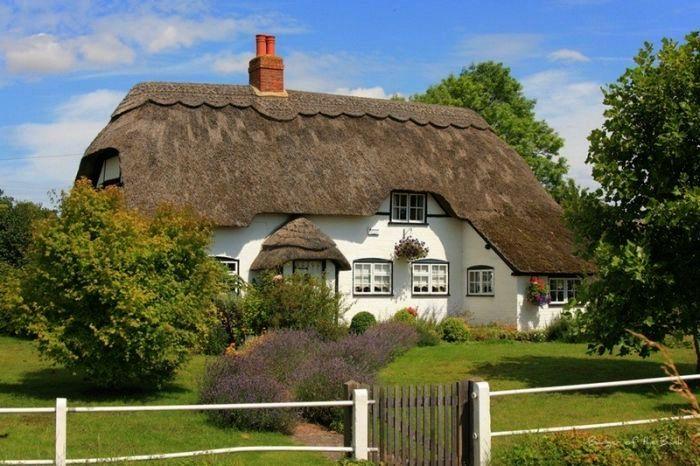 белый дом с крышей из соломы