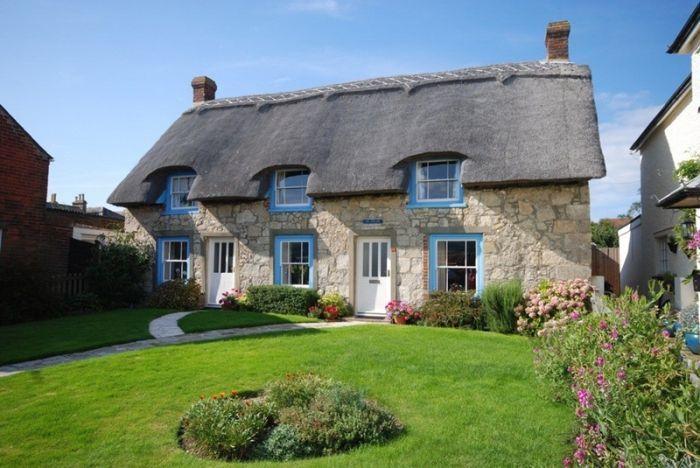 дом из камны с соломенной крышей