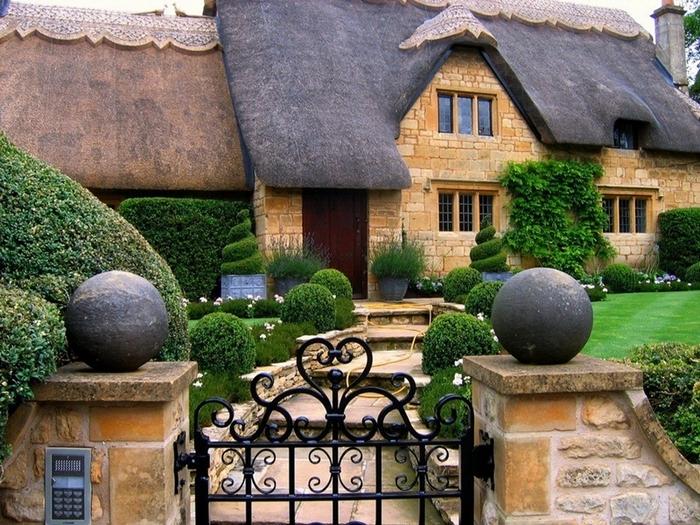 домик с соломенной крышей и калитка