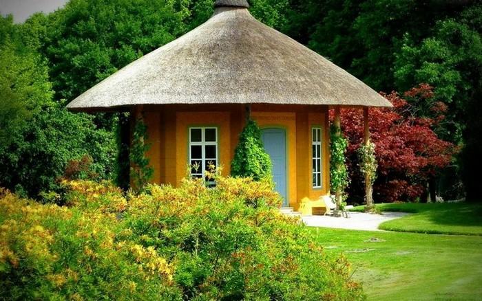 садовый круглый домик с крышй из соломы
