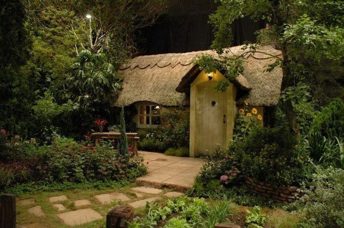 красивый садовый домик с крышей из соломы
