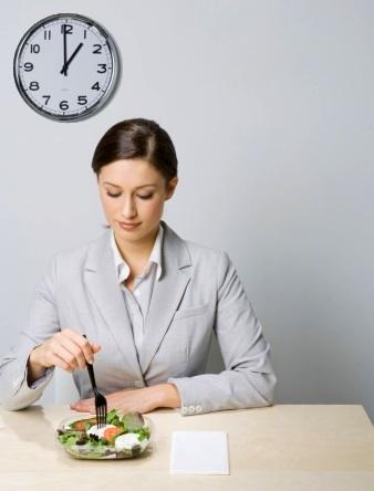 Бизнес леди ест салат