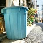 голубой мусорный бак