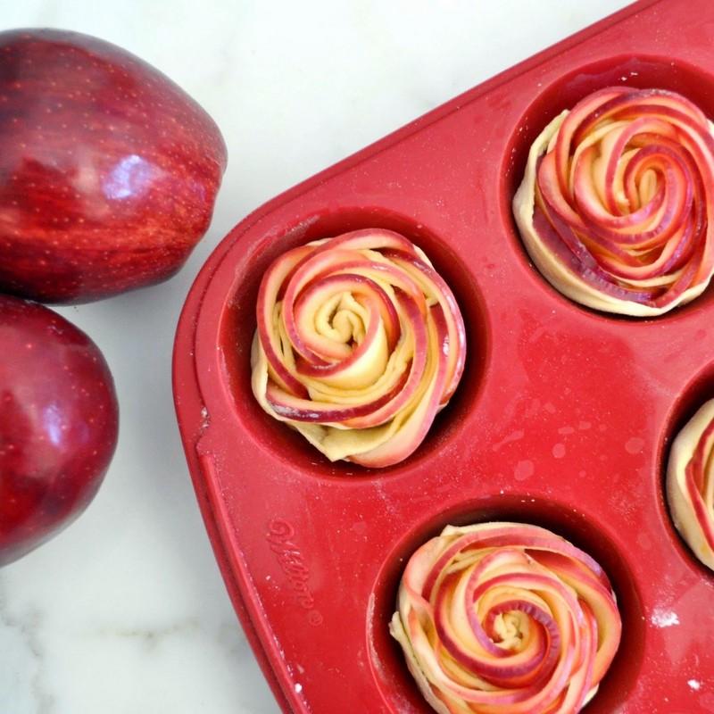 Слойки с яблоками розочки рецепт с фото