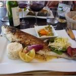 Рыба и овощи на тарелке