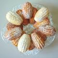 печенье на стеклянном блюде