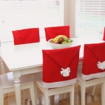 стулья в чехлах в виде шапок Санта Клауса