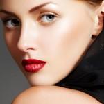 лицо девушки с губами, накрашенные красной помадой