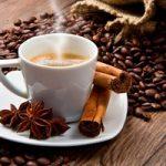 чашка кофе на фоне кофейных зерен