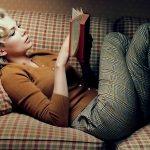 девушка читающая книгу